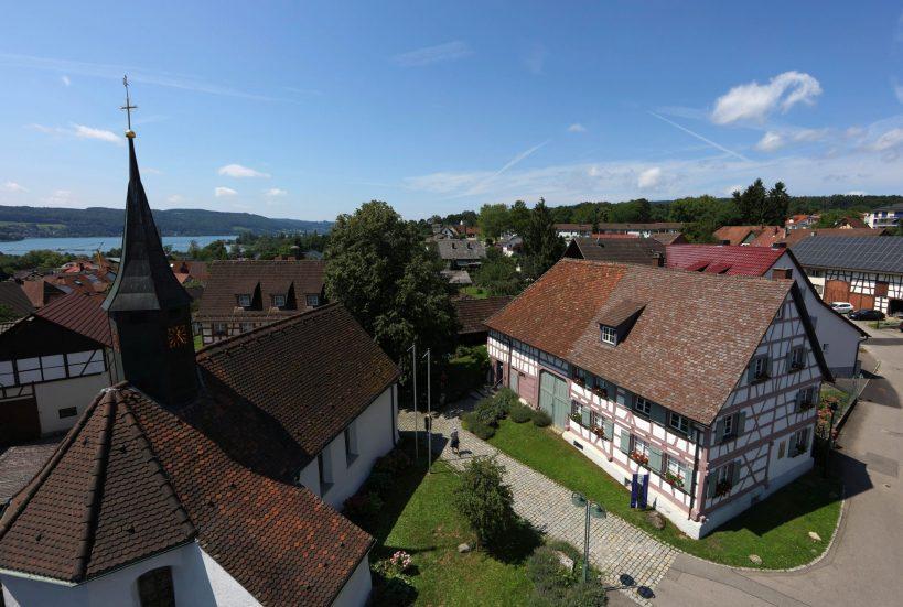 Das Hesse Museum in Gaienhofen mit Rhein Untersee im Hintergrund